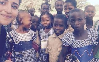 Schüle der Elfenbeinküste bekommen Stifte