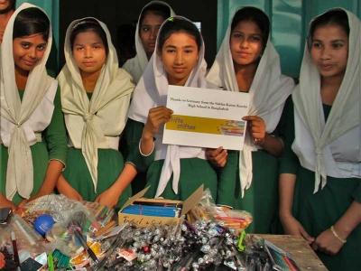 Kinder in Bangladesch freuen sich über Stifte aus der Atkion