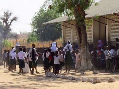 Schüler vor dem Schulgebäude in Gambia