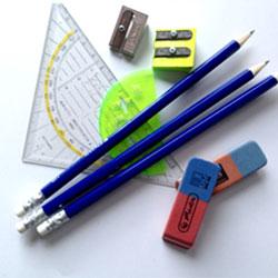 Stifte sammeln für Kinder in Afrika. Bleistifte mit Geodreieck, Radierer und Spitzer.