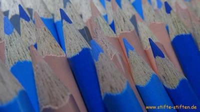 Schüler sammeln blaue Buntstifte während der Projekttage für Kinder in Afrika