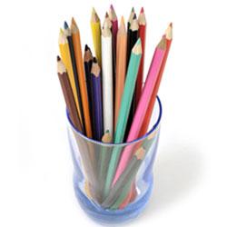 Stifte sammeln für Kinder in Afrika. Farbstifte, Buntstifte, rot, grün, gelb, blau, rosa, orange, lila.