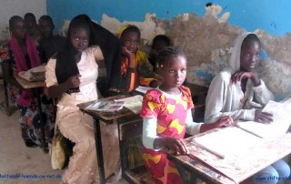 Kinder in Mauretanien erhalten Stifte