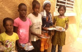 Schüler im Senegal erhalten Stifte