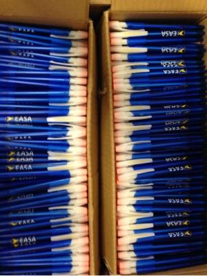Stifte-Kinder erhalten Kugelschreiber der EASA