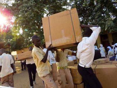 Schüler verteilen die Hilfsgüter aus Deutschland