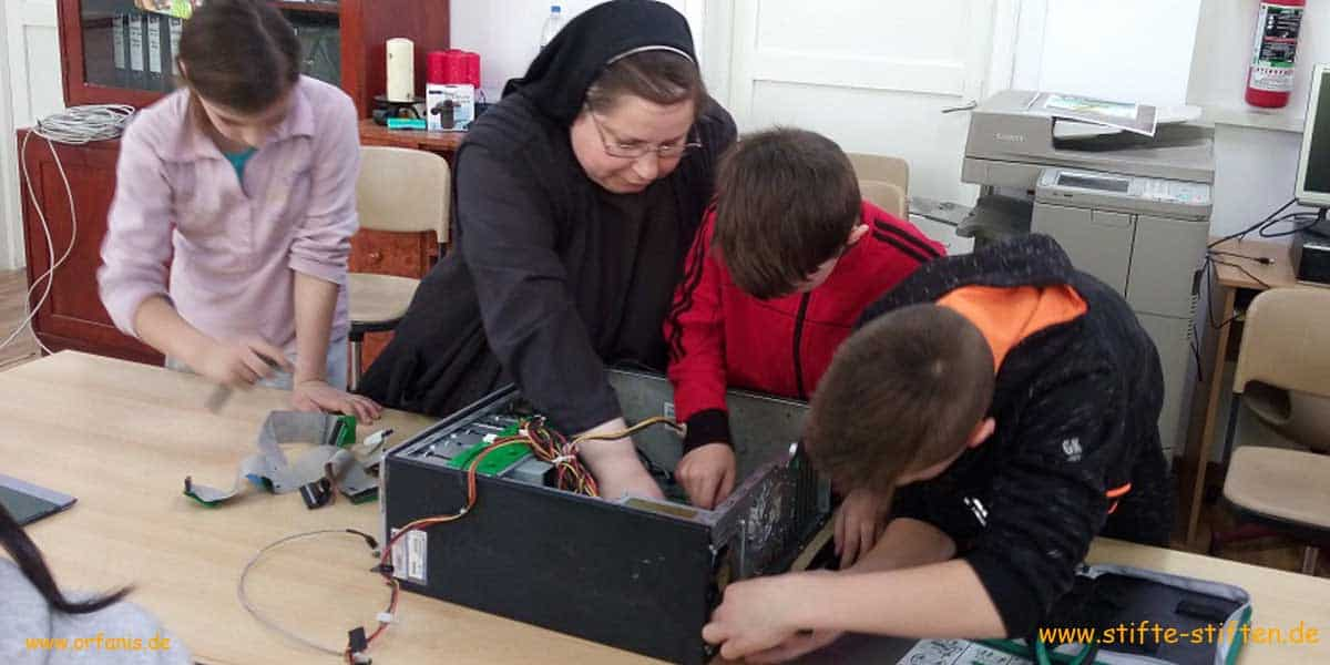 Schulmaterial für Kinder in Saniob Rumänien